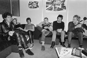 Malcolm McLaren (l) and Sex Pistols